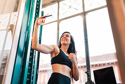 Madrid, Spain. Woman training in her flat and enjoying quality time. - p300m2294085 von Manu Reyes