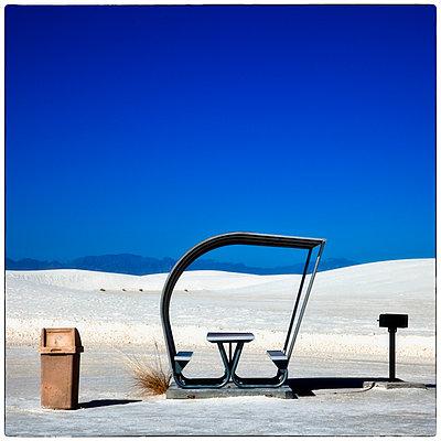 New Mexico, Picnic table - p1154m967938 von Tom Hogan