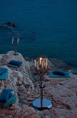 Kerzenleuchter am Strand - p1356m1440456 von Markus Rauchenwald