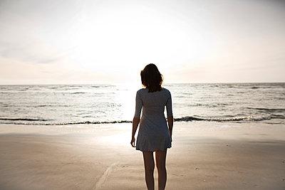 Junge Frau am Strand in der Abendsonne - p341m1480698 von Mikesch