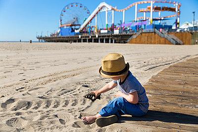 Kleiner Junge am Strand - p756m1214669 von Bénédicte Lassalle