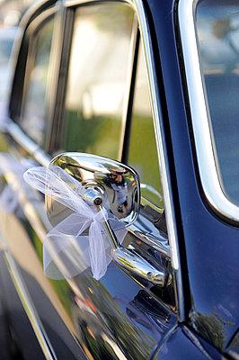 Hochzeitsauto - p949m658247 von Frauke Schumann