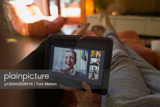 POV friends video conferencing on digital tablet screen - p1023m2208318 by Tom Merton