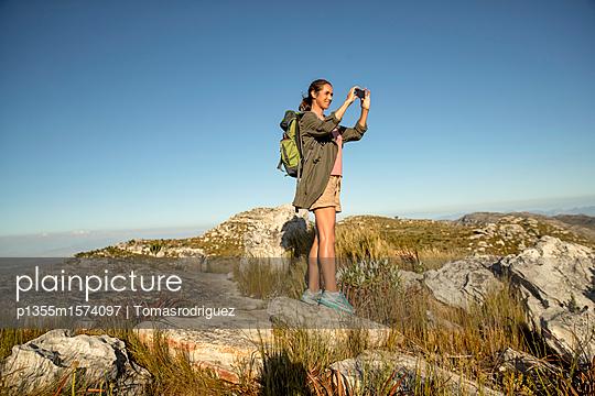 Frau auf einer Bergtour - p1355m1574097 von Tomasrodriguez