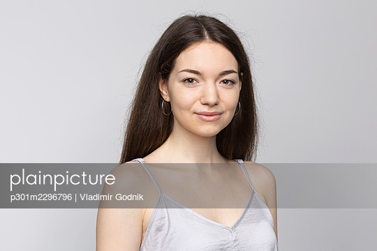 Portrait smiling beautiful young woman on white background - p301m2296796 by Vladimir Godnik