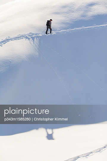 plainpicture - plainpicture p343m1585280 - Man cross-country skiing in... - plainpicture/Aurora Photos/Christopher Kimmel
