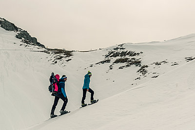 Family snowshoeing in Karwendel mountains - p081m1137243 by Alexander Keller