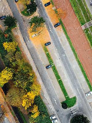 Road and parking lots, aerial view - p586m1088330 by Kniel Synnatzschke