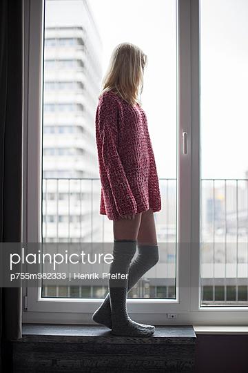 Junge Frau mit Overknees - p755m982333 von Henrik Pfeifer