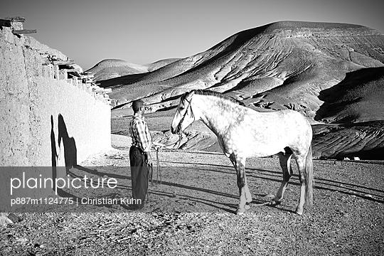 Mann mit Pferd - p887m1124775 von Christian Kuhn