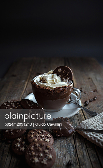 Cup of chocolate pudding with cream, chocolate cookies - p924m2091243 by Guido Cavallini