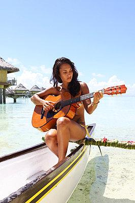 Gitarre spielen - p045m696805 von Jasmin Sander