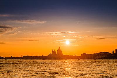 Sonnenuntergang über Salute-Kirche, Venedig - p1493m1584747 von Alexander Mertsch