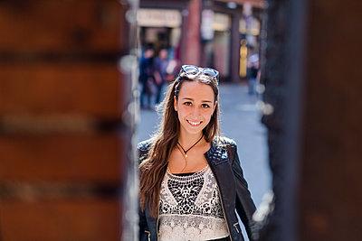 Portrait of fashionable young woman in the city - p300m2059987 von Giorgio Fochesato