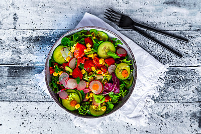 Mixed salad with red radish, cucumber, bell pepper, tomato, maize and carrot - p300m2083807 von Sandra Roesch