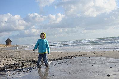 Germany, Mecklenburg Western Pomerania, Boy standing on Baltic Sea - p300m752514f by Jana Mänz
