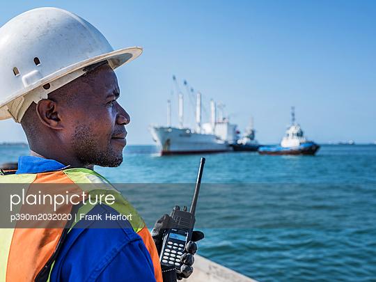 Hafenlotse beim Einweisen eines Schiffes im Hafen am Dock - p390m2032020 von Frank Herfort
