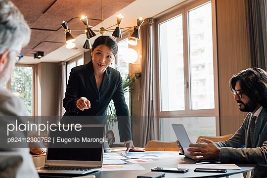 Italy, Business people having meeting in creative studio - p924m2300752 by Eugenio Marongiu