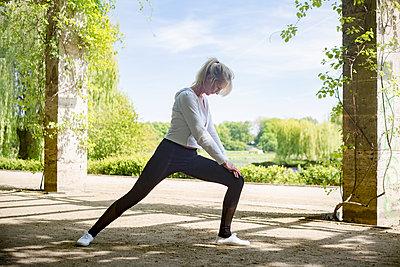 Frau beim Sport im Park - p1325m1445868 von Antje Solveig