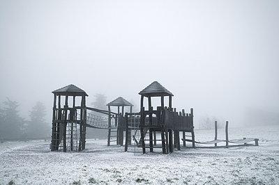 Verschneiter Spielplatz - p470m966280 von Ingrid Michel