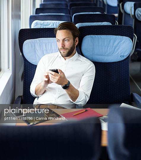 Geschäftsmann im Zug - p1114m1159786 von Carina Wendland