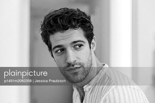 Nachdenklicher junger Mann - p1491m2082358 von Jessica Prautzsch
