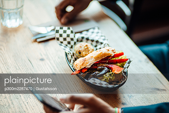 Mature businessman eating lunch in restaurant - p300m2287470 by Gustafsson
