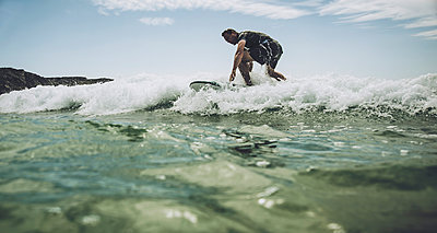 France, Bretagne, Camaret sur Mer, Mature man surfing at Atlantic coast - p300m965115f by Uwe Umstätter