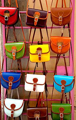 Bunte Handtaschen - p382m1559157 von Anna Matzen