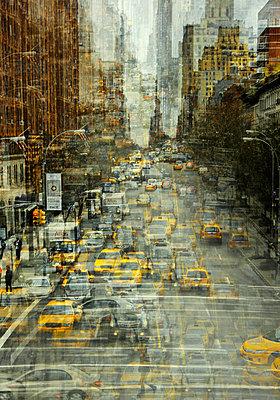 Stadtverkehr in New York Mehrfachbelichtung - p416m1060535 von Stephanie Jung