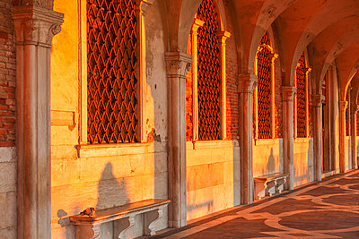 Sun Rays at Sunrise through the Arches of Palazzo Ducale (Doge's Palace) St Mark Square, Venice, Veneto, Italy. - p651m2033699 by Peter Fischer