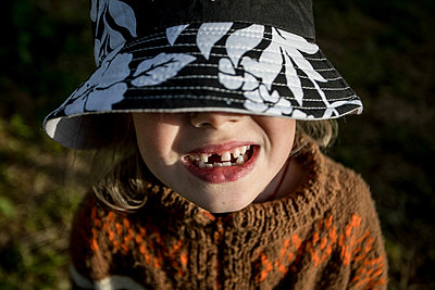 Child with hat and with a tooth missing - p1642m2222233 by V-fokuse