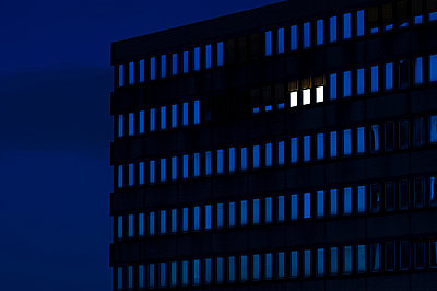 Germany, Dusseldorf, Lighted windows in office building - p300m911313f by Kai Jabs