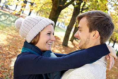 Paar im Herbst - p1272m1093025 von Steffen Scheyhing