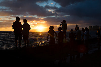 USA, Hawaii, Oahua, people watching sundown at Waikiki Beach - p300m1152158 by Nadine Ginzel