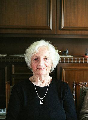 Portrait einer alten Frau  - p6430175f von senior images RF