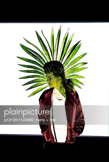 Projektion Palmblatt auf junge Frau mit Blick zur Seite - p1212m1123455 von harry + lidy