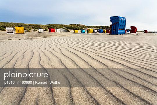 Wellenstruktur im Sand, Strandkörbe am Strand, Juist, Ostfriesische Inseln, Nordsee, Ostfriesland, Niedersachsen, Deutschland, Europa - p1316m1160680 von Konrad Wothe