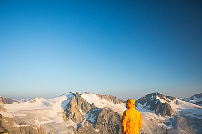 Hiker looking at view of glaciated mountains in Canada. - p1166m2153423 by Cavan Images