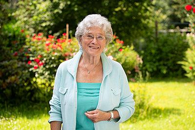 Ältere Frau im Garten - p1221m1585953 von Frank Lothar Lange
