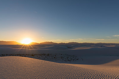 USA, New Mexico, Chihuahua Desert, White Sands National Monument, landscape at sunrise - p300m1417171 by Fotofeeling