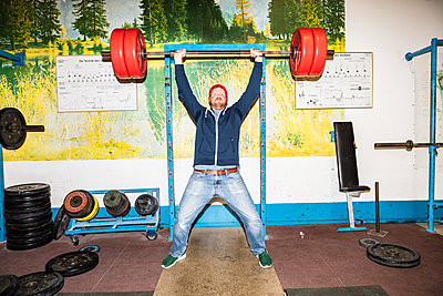 Gewichtheber hebt eine Langhantel - p930m1200528 von Phillip Gätz