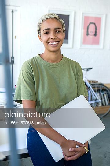 Frau mit laptop - p1156m1572813 von miep