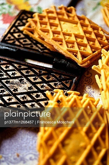 Pizzelle, typical sweet wafer biscuit from Abruzzo region - p1377m1268457 by Francesca Moscheni