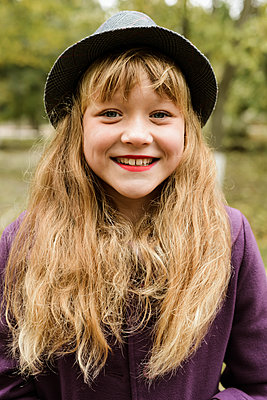Portrait of a beautiful redhaired girl smiling at the camera. - p1166m2113086 by Cavan Images