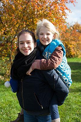 Bruder mit Schwester im Huckepack - p828m1169538 von souslesarbres