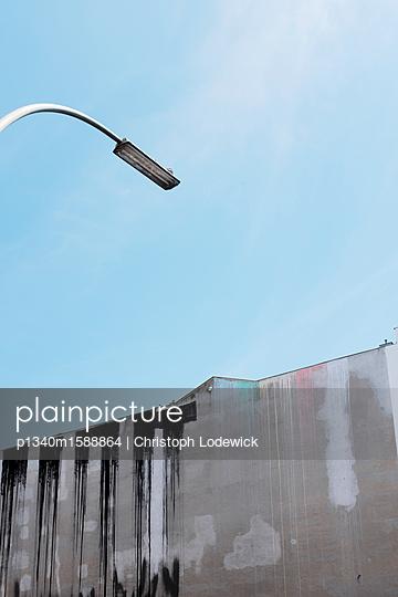 Straßenlaterne und Brandwand - p1340m1588864 von Christoph Lodewick
