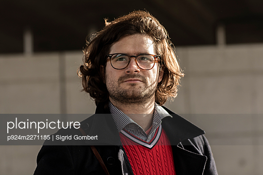 Portrait of young man wearing eyeglasses - p924m2271185 by Sigrid Gombert