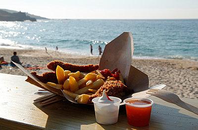 Fish and Chips am Strand - p218m852073 von Sylvia Westermann