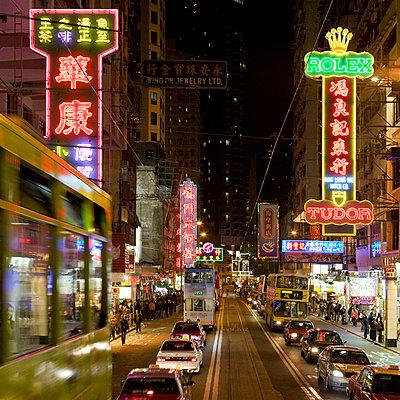 Abends in Hong Kong - p26816008 von Arne Landwehr